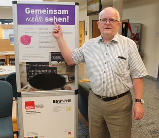 Service-Center-Leiter Wolfgang Marchart beim Besichtigen einer der Schautafeln