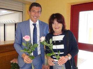 Bgm. Peter Stradner überreichte bei der jüngsten Muttertagsfeier der Marktgemeinde Wagna auch seiner Mutter eine Rose als Zeichen des Dankes.
