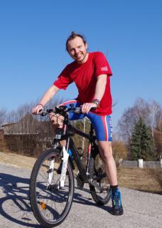Philipp Hampel radelt quer durch Österreich, um Menschen darauf aufmerksam zu machen, sich gegenseitig zu helfen.