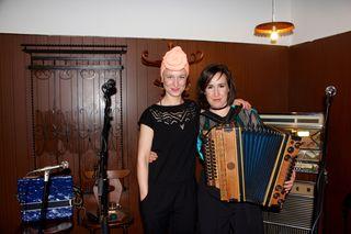 Manuela Diem (li.) und Marie Theres Stickler brillierten im Gasthaus Praschl mit starker Stimme und Ziehharmonika