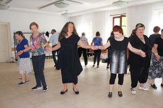 Beim Sirtaki kommen Urlaubsgefühle hoch: Renate Elgert (Mitte, in Schwarz) und ihrer Tanzgruppe macht es sichtlich Spaß.