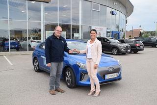 Schlüssel- und damit Elektroauto-Übergabe: Sascha Gallhuber (Auto Graf) mit Redaktionsleiterin Karin Zeiler.
