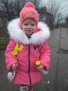 Diana ist trotz Taubheit eine fröhliche Vierjährige aus der Ukraine, die für ihre Operation Spenden benötigt.