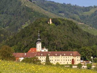 Schirmend erhebt sich hinter dem Stift Rein der Ulrichsberg mit seiner alten Kapelle