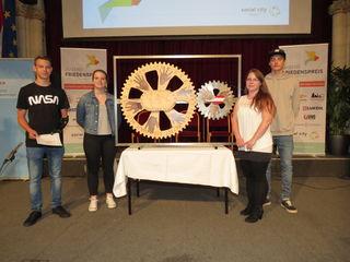 """Prämiertes Projekt: Die """"Räder des Friedens"""" wurden von Jugendlichen aus Pinkafeld präsentiert."""