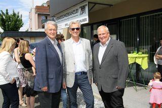 Gratulierten Kurt Huber (Bildmitte) zur neuen Kanzlei: Feldkirchens Vzbgm. Herbert Stockner (links) und der Bgm. von Dobl-Zwaring Anton Weber