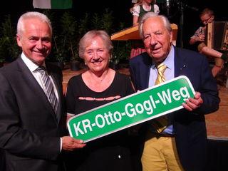 """KR-Otto-Gogl-Weg"" Verleihung: (v.r.) Senator KR Otto Gogl, Gattin Margit Gogl und Bgm. Helmut Leitenberger."