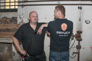 Mit dem Rücken zur Wand: Organisator Dominik Petzold (l.) mit einem Standler bei der Veranstaltung.