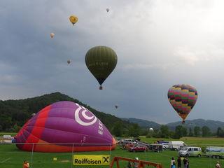 Bei den Internationalen Ballontagen am Sportplatz Fresing sind 23 Ballonbesatzungen aus Österreich, Deutschland und Slowenien mit dabei.