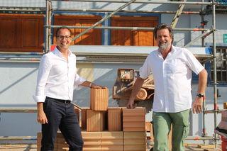 NEOS-Bezirksrat Peter Perdau und Hermann Wibner, Verantwortlicher für die Familienbäder bei der MA44