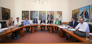 ÖVP, Grünen und NEOS mit LH Wilfried Haslauer (ÖVP), LHStv. Astrid Rössler (Grüne), NEOS-Landessprecher Sepp Schellhorn bei den Koalitionsverhandlungen im Regierungssitzungszimmer.