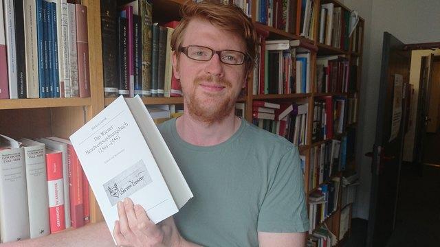 Der Historiker Markus Gneiß mit seinem Wiener Handwerksordnungsbuch.