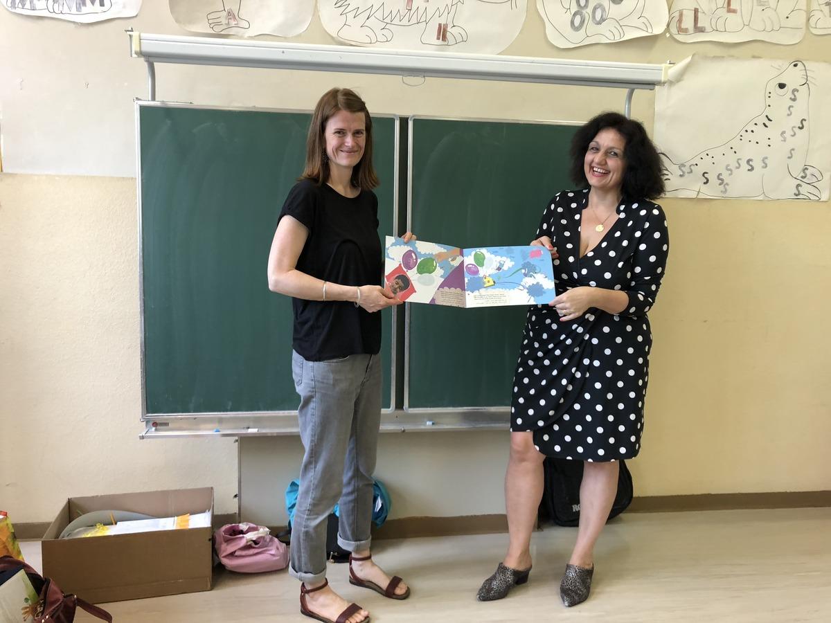 Nadja Madlener und Sonja Brauner (v.l.) bei ihrem Workshop in der 4c der Volksschule Steinlechnergasse.