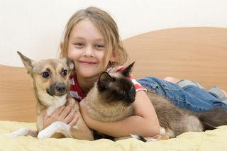 Egal ob Hund, Katze oder Maus – Haustiere bringen Spaß, Freude und Abwechslung in den Familienalltag.