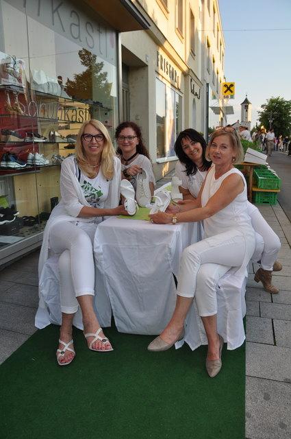 """Das Motto """"Alles in Weiß"""" setzten Martha Gruber und ihre Kolleginnen Hermi, Regina Hackl und Viktoria Kastner perfekt um."""