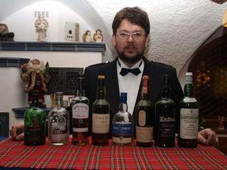 Der Gastwirt Markus Jörg mit einigen erlesenen Whiskys.