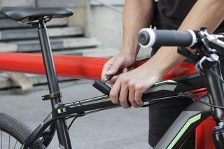 Wer sein Fahrrad absichern möchte, sollte es an einem festen Gegenstand absperren.