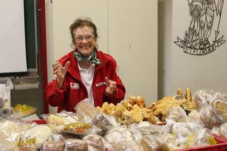 Die 85-jährige Theresia Herzog bei der Brot-Ausgabe in der Dienststelle des Roten Kreuzes in Lilienfeld.