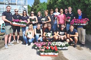 Bürgermeister Matthias Weghofer, Jugendobmann Bernhard Endl und die Wiesener Jugendlichen mit dem Blumengruß