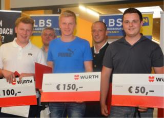 Der Liebherr-Lehrling Thomas Trausnitz (Mi.) aus Unternberg stellte beim Lehrlingswettbewerb sein Können unter Beweis und holte sich den ersten Platz.