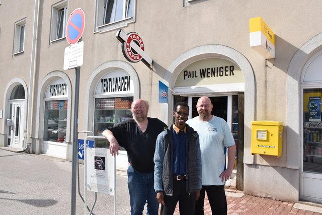 Paul (l.) und Firmenchef Michael Weniger kennen den Mann aus Burundi schon besser. Sie sind Postpartner und Sylvere holt sich manchmal Pakete aus seiner Heimat ab.