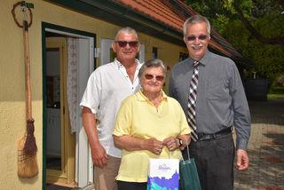 Im Bild Sohn Franz und Hildegard Karlhofer mit Stadtrat Rudolf Gehrer.