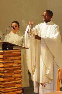 Pfarrer Sylvere im Amt.