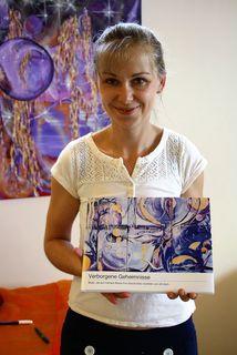 Ulrike Krivec-Zach malt Acrylbilder in unterschiedlichen Lichtverhältnissen