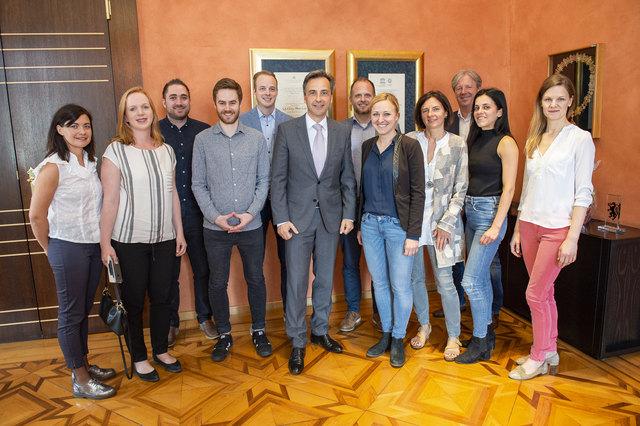 Die WOCHE-Start-Ups bei Bürgermeister S. Nagl (Mitte) mit Graz-Redaktionsleiterin V. Schaupp (5. v. r) und Stmk-Chefredakteur R. Reischl (3. v. r)