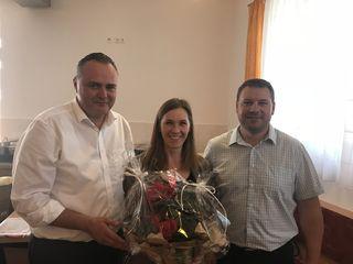 Ein Geschenk für die jüngste Mutter: LR Hans Peter Doskozil, Sindy Reindl, Bgm. Werner Gabriel