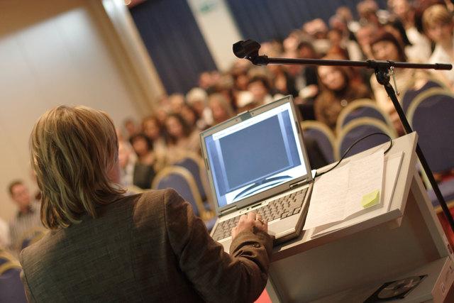Experten halten Vorträge und informieren bei Podiumsdiskussionen.