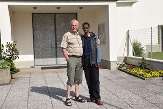 Hans Machowetz (l.) mit Pfarrer Sylvere Buzingo vor der Kirche St. Anton.