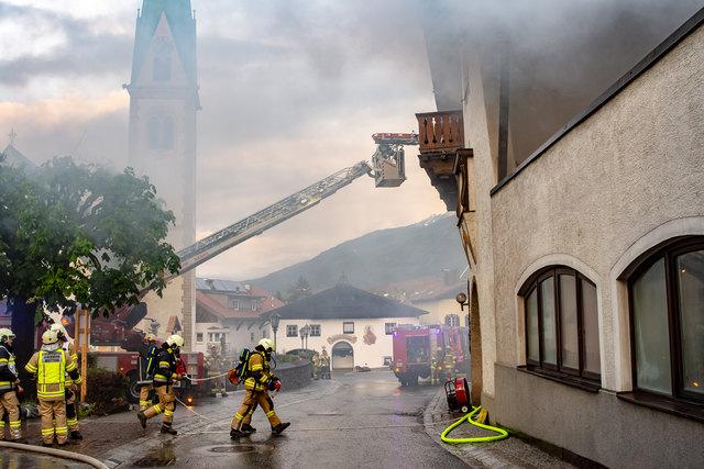Übungseinsatz der Feuerwehren Mutters, Kreith und Natters mit Unterstützung der Drehleiter aus Axams.