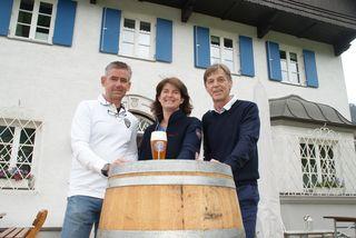 Die Gastwirte Carlo und Martina Loos mit Stammgast Sepp Vierthaler (v.l.).