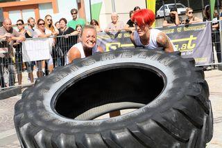 In der Damenwertung darf beim 200-kg-schweren Reifendrehen im Duett geschuftet werden.