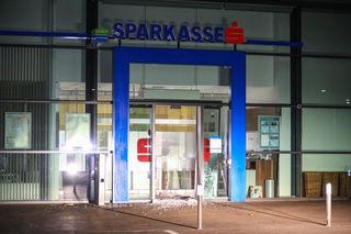 Die Täter rissen den Geldausgabeautomaten mit Hilfe eines Kleintransporters aus der Verankerung.