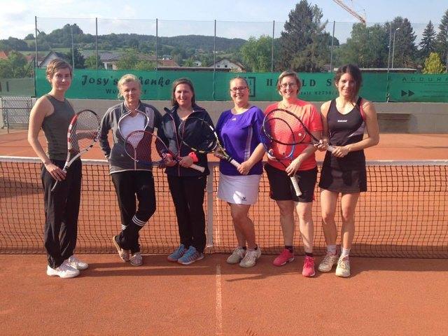 Das Damenteam rund um Mannschaftsführerin Sandra Timpel (2.v.r.) feierte den ersten Sieg in der Kreisliga A.