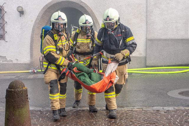 Die Atemschutztrupps der drei Feuerwehren konnten neun Personen aus dem verrauchten Gebäude bergen.