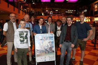 """Christine Mooslechner freute sich mit den Pongauer Darstellern über das erste """"Heimspiel"""" auf der Kinoleinwand in St. Johann."""