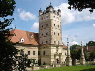 Schloss Greillenstein: Bald soll das kostbare, restaurierte Sandsteinwappen wieder die Hauptfassade des Schlosses zieren