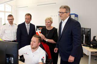 Komplexe Technik, tolle Koordination: Rettung-Wien Chef Rainer Gottwald, Stadträtin Sandra Frauenberger und Projektleiter Peter Hacker (v.li.n.re.) sind zufrieden