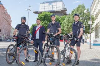 Bezirksvorsteher Markus Rumelhart ließ es sich nicht nehmen, die Fahrradpolizisten persönlich zu begrüßen.