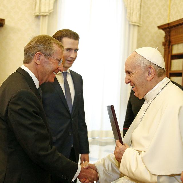 Bei der Audienz von Landeshauptmann Wilfried Haslauer und Bundeskanzler Sebastian Kurz bei Papst Franziskus im Vatikan hatte man die Einladung nach Salzburg noch bekräftigt.