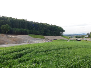 Die schwierige Geologie erfordert beim Bau der HAST Hengsberg eine spezielle Hangsicherung.