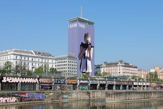 """""""I saw this"""" am Donaukanal: Ab Mitte Juni ist der Ringturm mit einem Werk von Gottfried Helnwein verhüllt."""