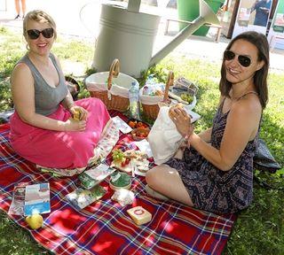 Die Besucher freuten sich über prall gefüllte Picknickkörbe mit Heumilch-Käsespezialitäten.