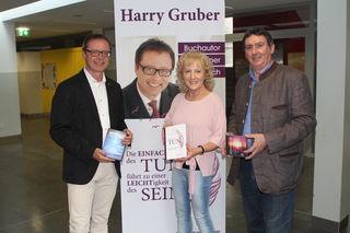 Erfolgsautor Harry Gruber mit Bgm. Günter Müller und die Gemeinde-Kulturbeauftragten Helga Glatz.