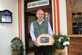 Peter Baumann aus Dobl-Zwaring ist stolz auf die Österreichische Tarock-Trophäe