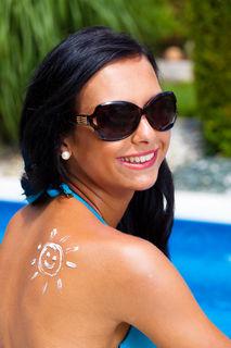 Das Sonnenschutzmittel sollte einen hohen UVA- Filter haben. Dieser ist für eine intakte Hautoberfläche wichtig.