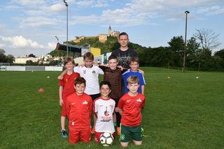 Die U9-Spieler des SV Güssing sind stolz auf ihren Trainer Patrick Mikovits.
